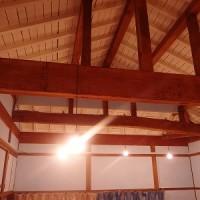 天井が電球色のライトで照らされる